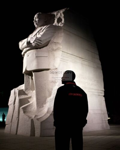 BARACK OBAMA TOURS THE MARTIN LUTHER KING MEMORIAL IN 2011 - 8X10 PHOTO (AB-472)