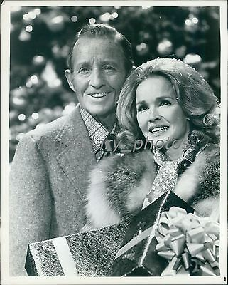 1974 Bing And Kathryn Crosby Extend Holiday Gifts Original News Service Photo