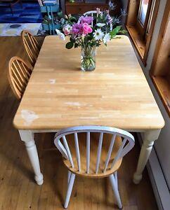 Table de bois franc  6 places + 4 chaises gratuites