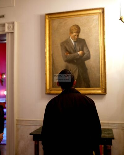 PRESIDENT BARACK OBAMA LOOKS @ PORTRAIT OF JOHN F. KENNEDY - 8X10 PHOTO (DA-715)