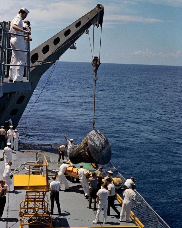 GEMINI 5 SPACECRAFT BROUGHT ABOARD USS LAKE CHAMPLAIN - 8X10 NASA PHOTO (BB-735)