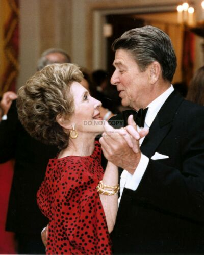 PRESIDENT RONALD REAGAN DANCES WITH HIS WIFE NANCY - 8X10 PHOTO (FB-356)