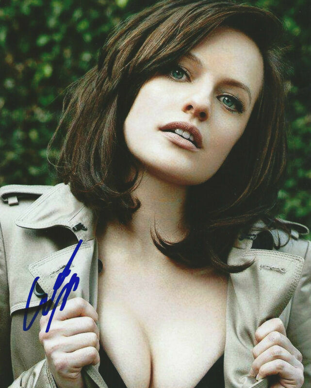 **GFA Mad Men-Peggy Olson *ELISABETH MOSS* Signed 8x10 Photo MH3 COA**