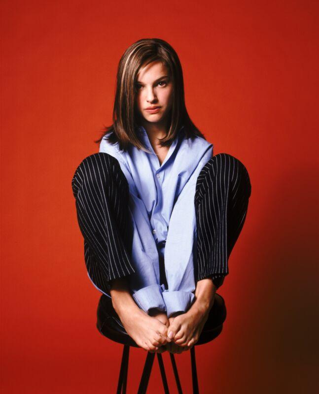 Natalie Portman Posing On The Chair 8x10 Photo Print