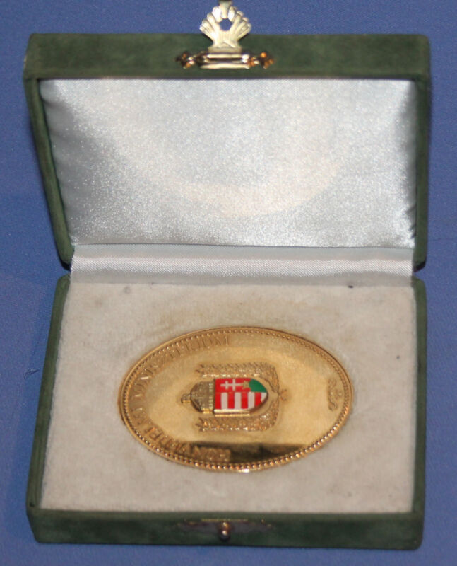 VINTAGE HUNGARIAN MINISTRY OF DEFENCE GILDED MEDAL PLAQUE WITH BOX