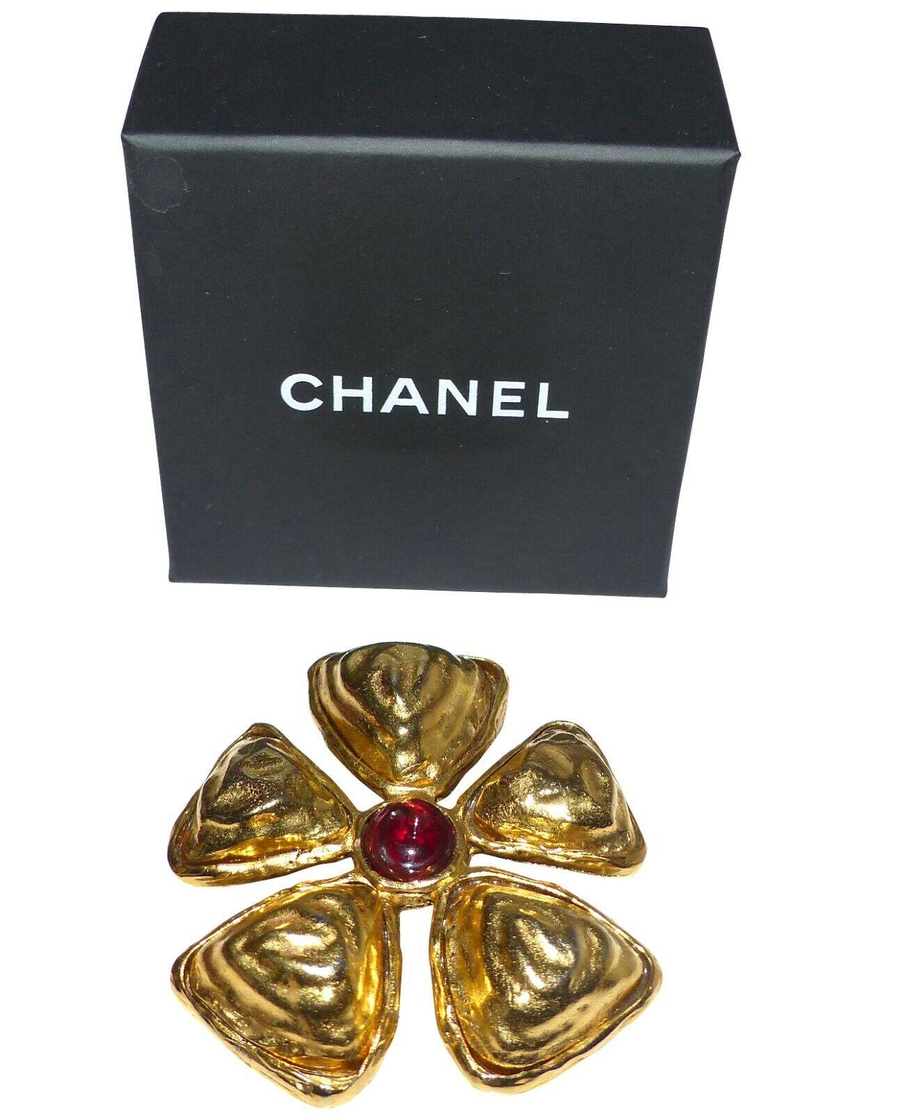 Chanel - broche vintage en mÉtal martelÉ et pate de verre - chanel brooch