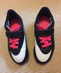 Nike Girls Soccer Shoes Size 11