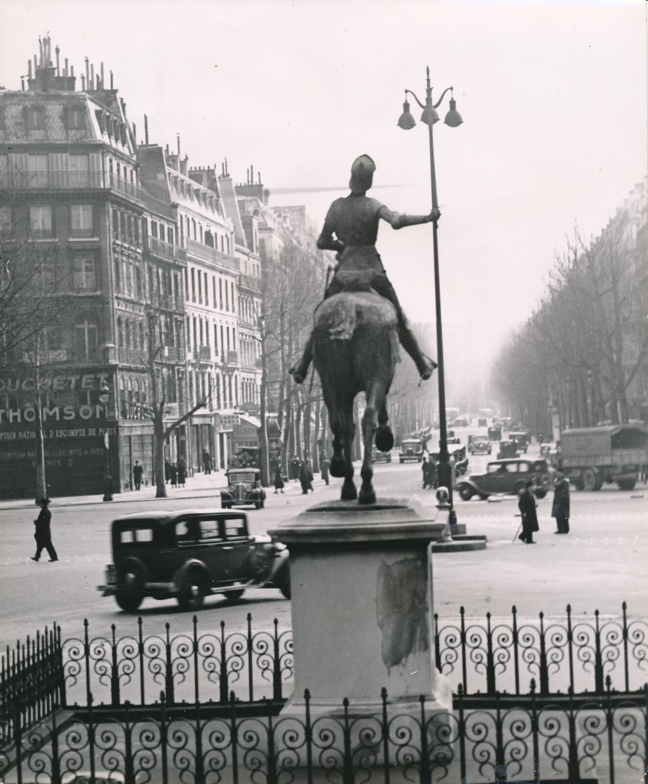 PARIS c. 1950 -  Curiosité Statue Jeanne d'Arc  Place St Augustin - Div 7879