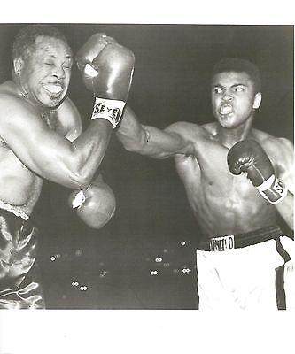 MUHAMMAD ALI vs ARCHIE MOORE 8X10 PHOTO BOXING PICTURE B/W WHITE (Muhammad Ali Boxing Pictures)
