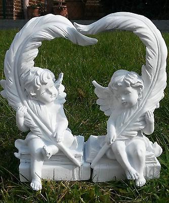2 Engel sitzend mit Feder ergeben ein Herz - 20 cm
