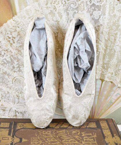 ANTIQUE VICTORIAN / EDWARDIAN HAND EMBROIDERED CREME SILK WEDDING SLIPPERS