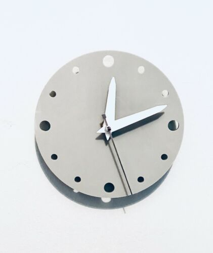 Small+Round+Wall+Clock+In+Light+Grey