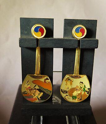 7489:KOREA,Souvenir,2 Löffel,Messing,auf Holzpalette,60er Jahre,Originalzustand.