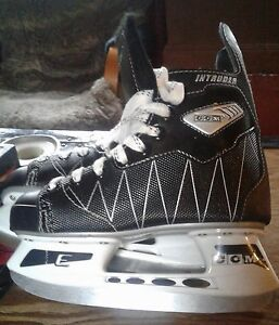 Boys CCM intruder skates like new size 1 price firm