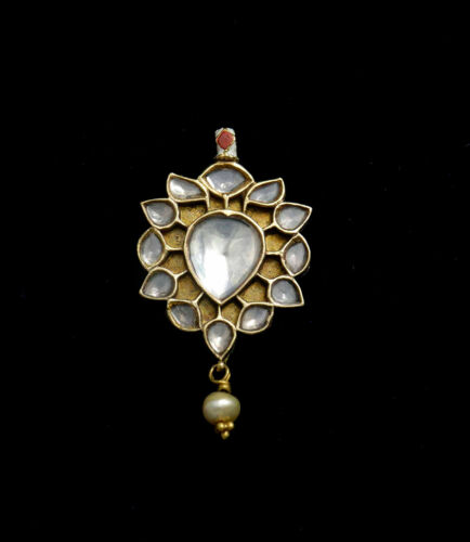 Ethnic 22K gold pendant in Mughal style with enamel on reverse, India 1970
