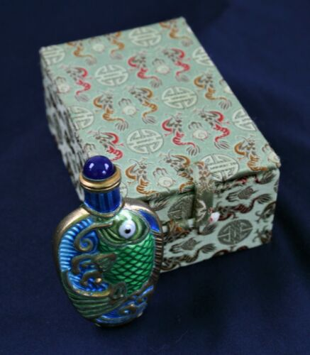 VINTAGE CHINESE KOI FISH ENAMELED SNUFF BOTTLE IN CASE