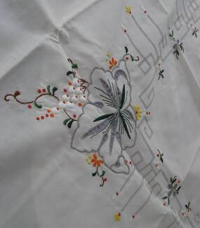 VINTAGE CHINESE EMBROIDERED TABLECLOTH 127CM SQ 50inch  6 NAPKINS