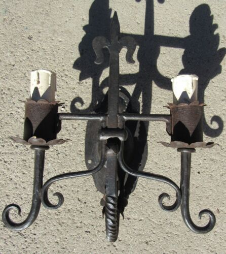 EXCEPTIONAL ANTIQUE ARTS & CRAFTS SPANISH REVIVAL HAND WROUGHT IRON WALL SCONCE