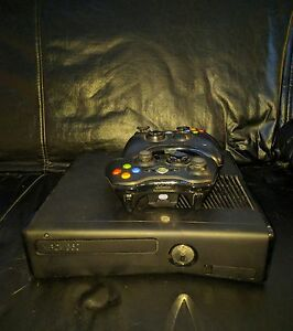 Xbox 360 slim 320 GB 2 manettes, jeux / 2 controllers, games