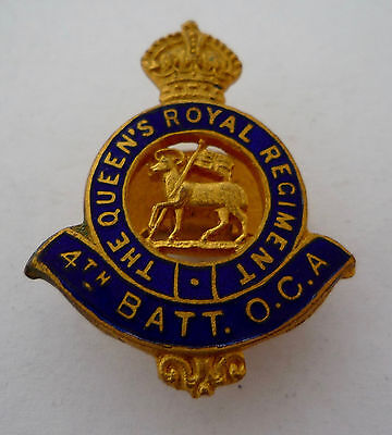 THE QUEEN'S ROYAL REGIMENT 4TH BATTALION OCA ENAMEL LAPEL BADGE
