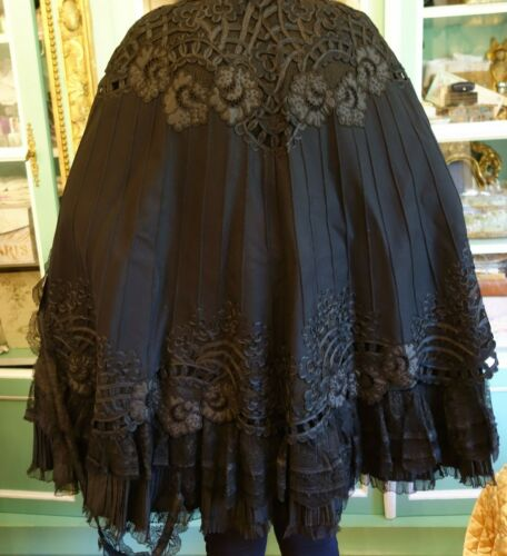 EXQUISITE ANTIQUE FRENCH CAPE CLOAK LACE TRELLIS SCALLOP FLEUR RIBBON WOOL 1800s
