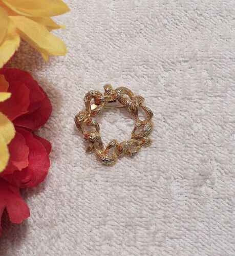 CLASSIC PIN BROOCH ARTISTIC CIRCULAR LEAF DESIGN ROUND WEAVE RING GOLD TON VL-AG
