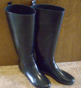 BLACK FASHION  RUBBER RAIN BOOTS - NEW, NEVER WORN