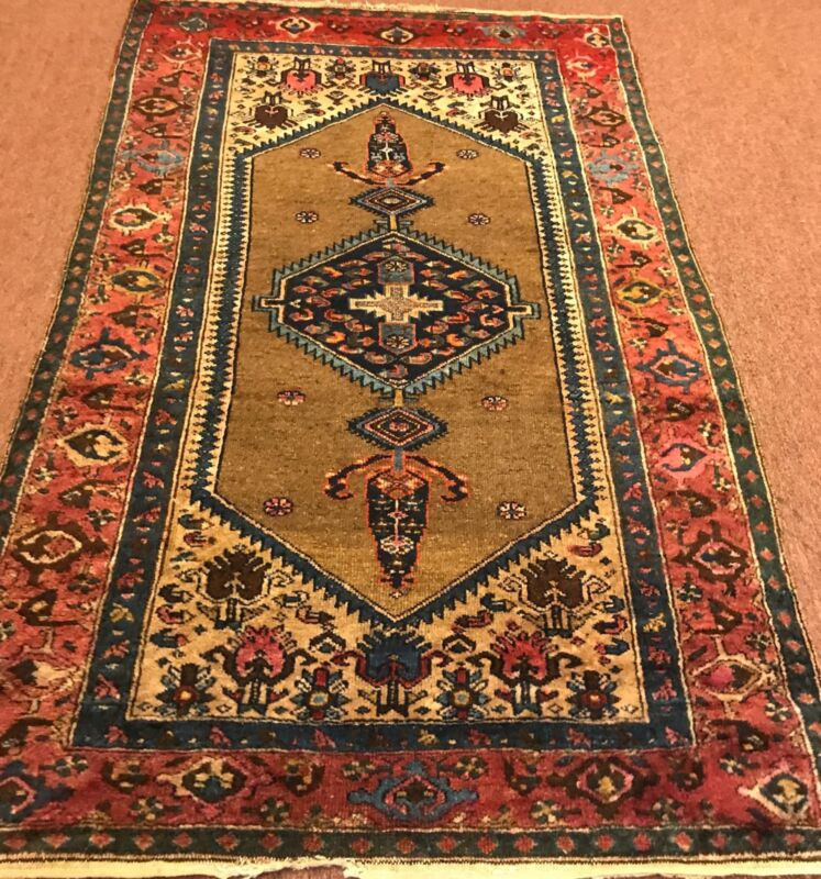AN ATTRACTIVE CAMEL HAIR BACKGROUND COLOR RUG