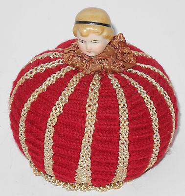 altes Nadelkissen mit Porzellan Puppenkopf
