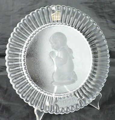 VINTAGE 1978 FLUTED FROSTED GLASS PLATE CHILD GIRL PRAYING DECORATIVE CABINET