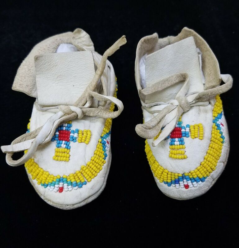 HAND CRAFTED YELLOW BEADED WHITE BUCKSKIN NATIVE AMERICAN INDIAN BABY MOCCASINS