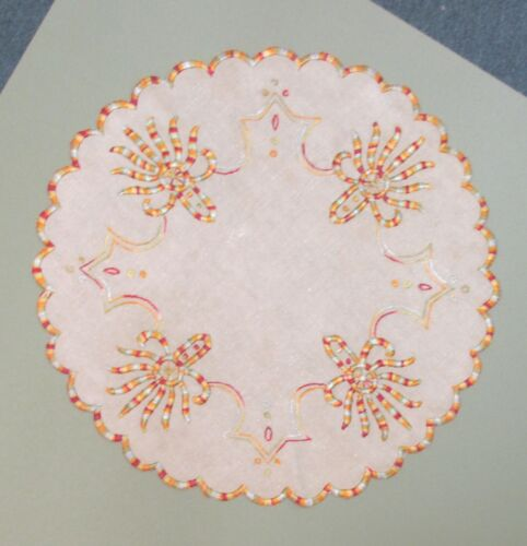 ROUND ARTS AND CRAFT LINEN WITH EMBROIDERED DESIGN