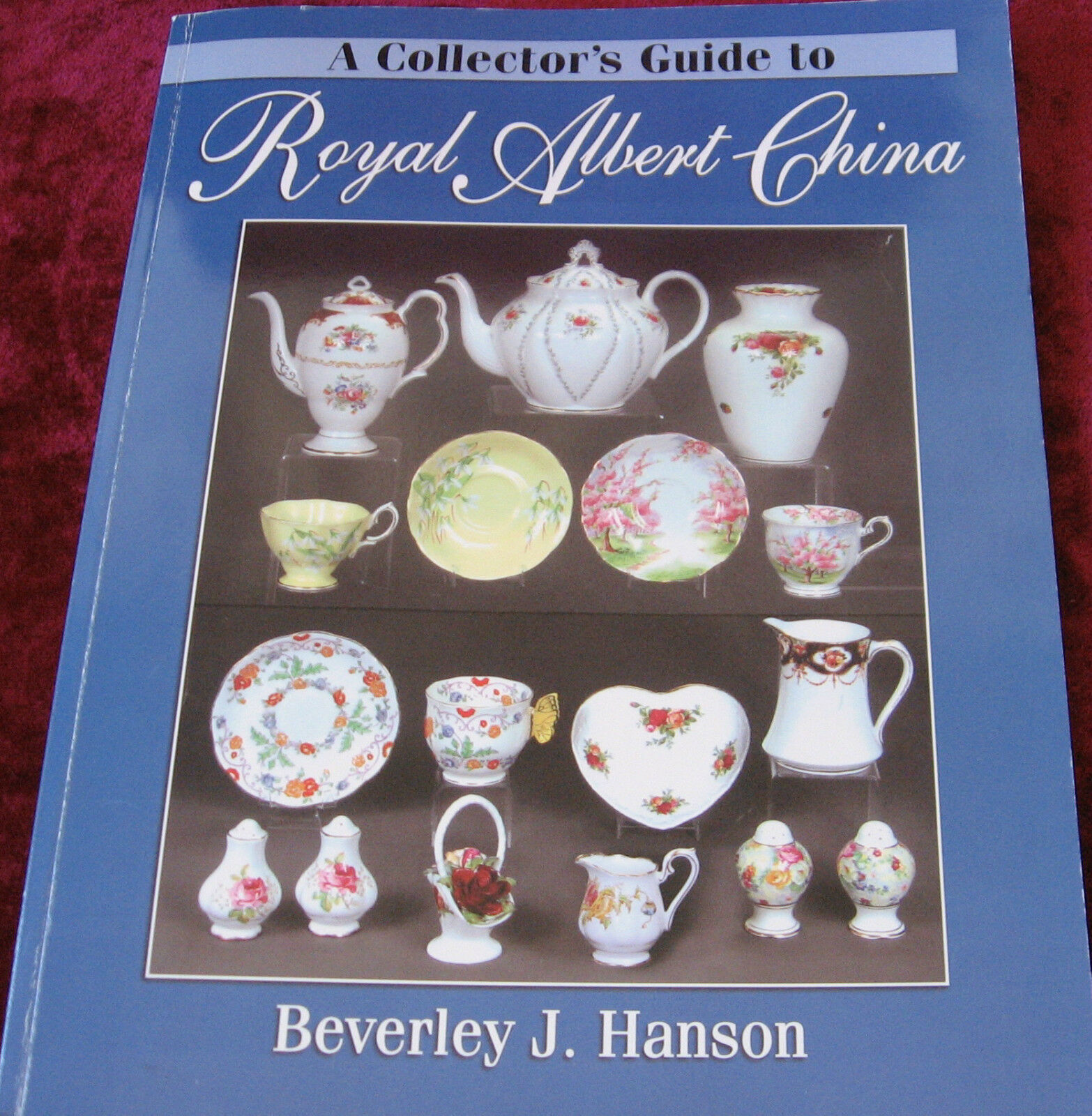 как выглядит A COLLECTORS GUIDE TO ROYAL ALBERT CHINA BOOK фото
