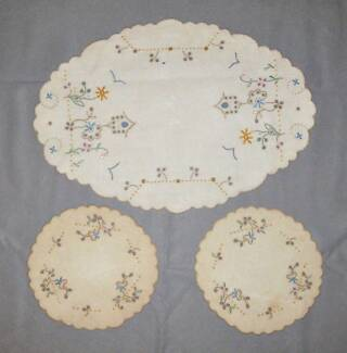 VINTAGE EMBROIDERED DUCHESS SET DOILIES (DRESSING TABLE SET)