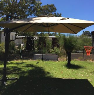 Garden umbrella / canopy with cantilever action