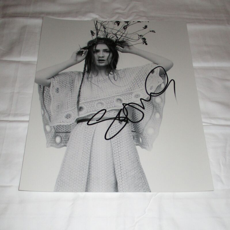 SOPHIE TURNER SIGNED 11X14 PHOTO 2