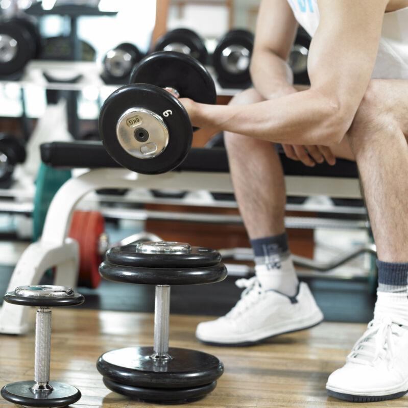 Mit Gewichten bauen Sie Ihre Muskeln kontinuierlich auf. (Foto: Thinkstock)