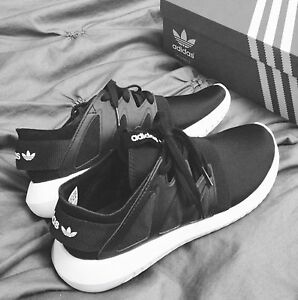 BLACK ADIDAS RUNNERS