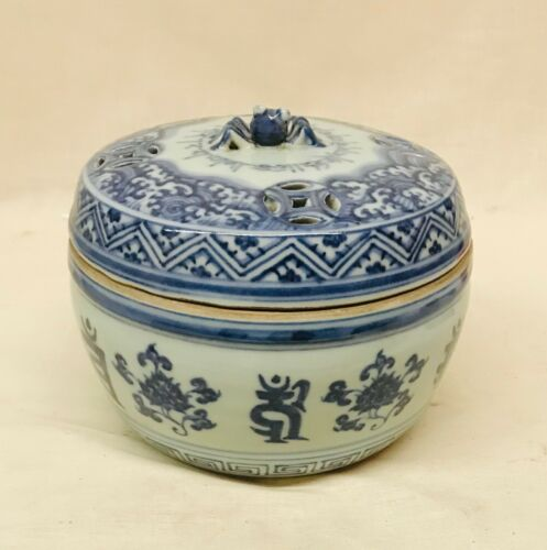 blue and white cricket jar with cover.  Yongle Mark.