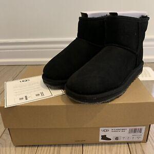 Like New UGG Classic MINI II Boots Black Size 6 (Fits a 7)
