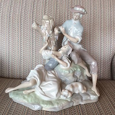 LLADRO... LOVERS RESTING IN THE WOODS ... BEAUTIFUL... LARGE...../