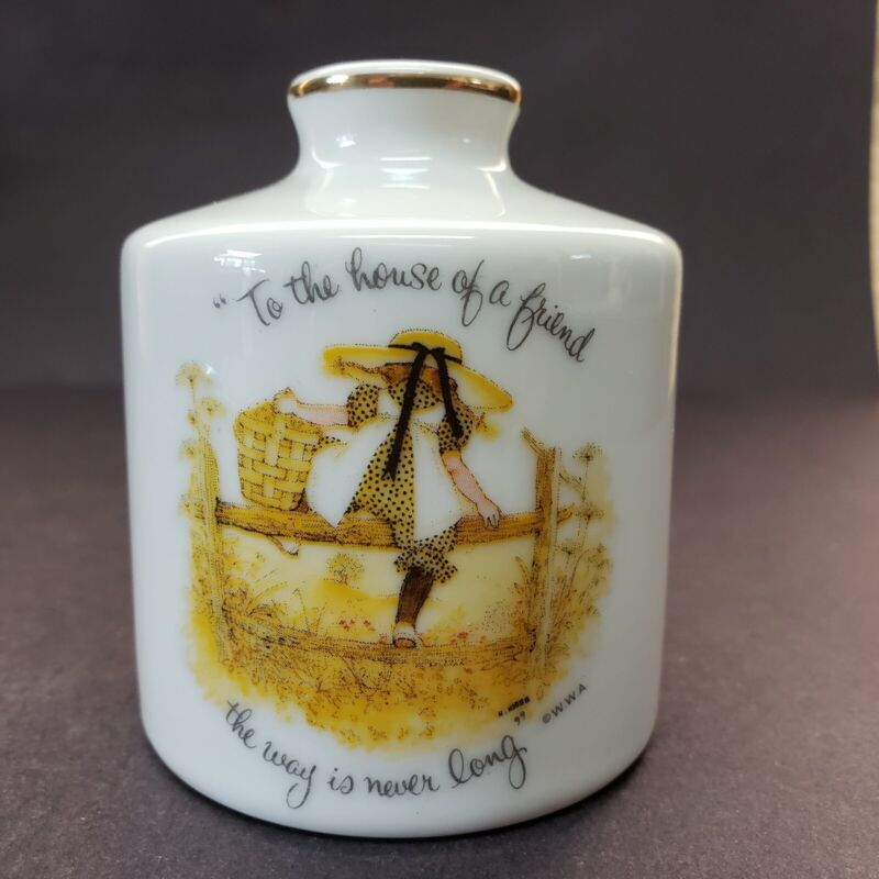 """Holly Hobbie 1973 Bud Vase """"To the house of a friend the way is never long"""""""