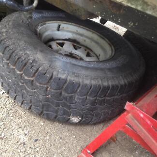 5 Hilux tyres  on rims 31x10.50R15LT good tread