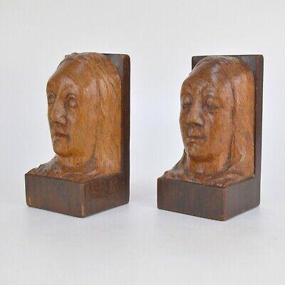 Paire de serre-livres en bois sculpté à décor têtes de femmes