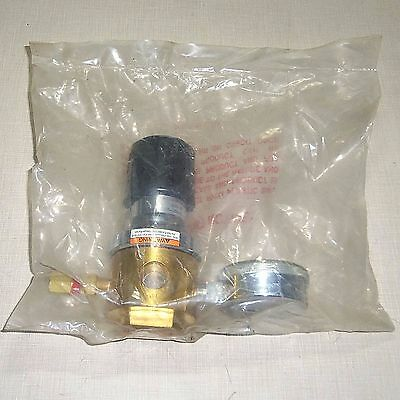 New Praxair Controls Gas Regulator Brass Valve Model 4833001-000 4833001