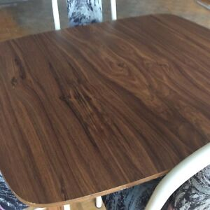 Dining table extendable, with 4strong chairs, good condition
