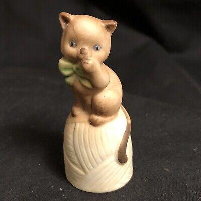 "VTG China Figurine Brown Cat Green Bow Ball Twine Yarn String A La Thimble 2+"""