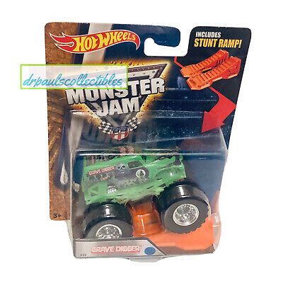 Hot Wheels Monster Jam GRAVE DIGGER Green 2016 with Stunt Ramp Brand New