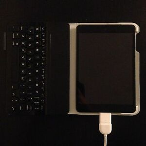 Ipad mini 2 32 gb with bluetooth keyboard + more