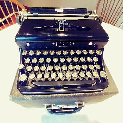 Antique Royal 1936 Typewriter with Case,Cleaning Brush And Original Paperwork.